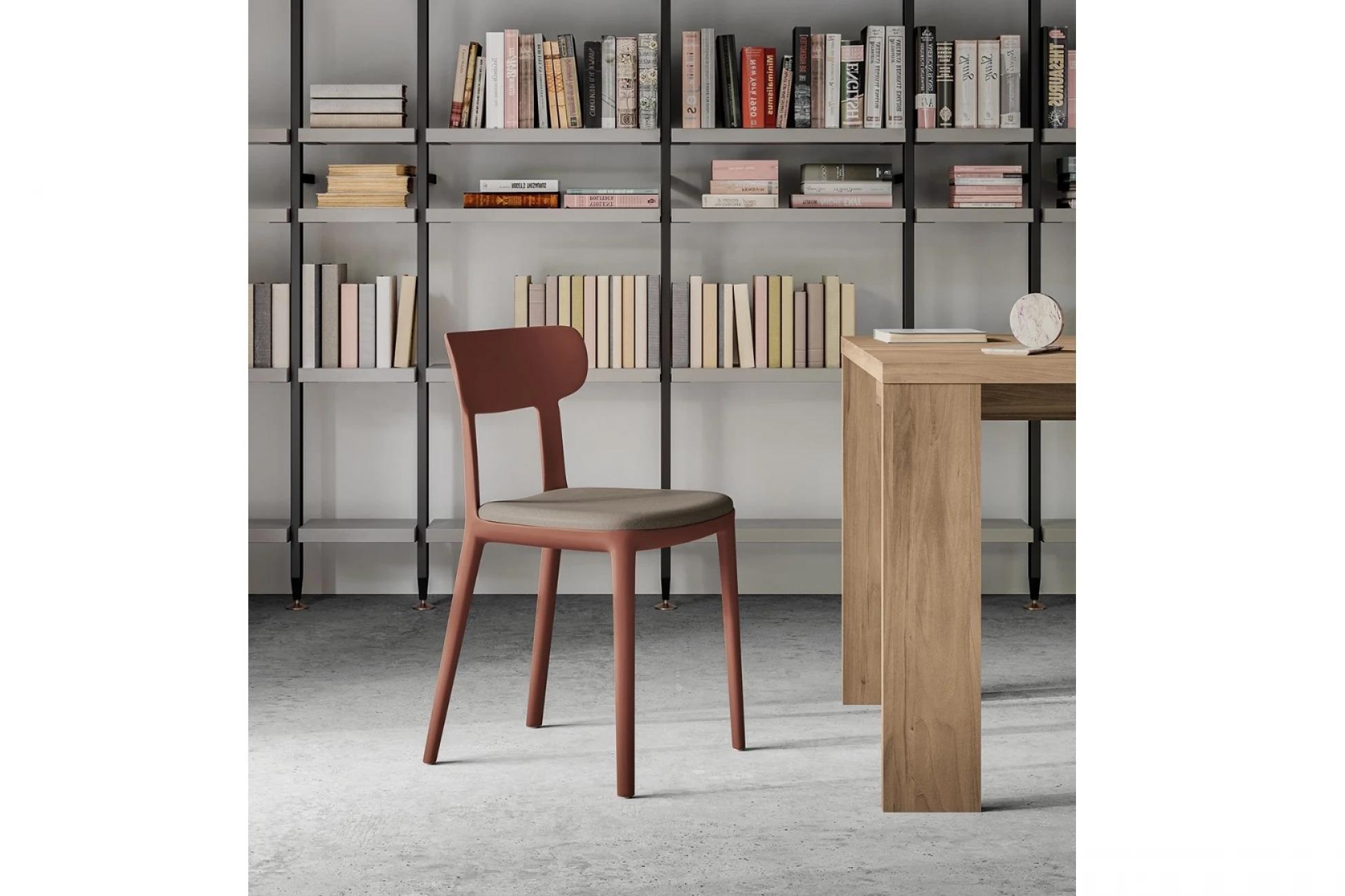 CALLAS итальянский стул EMILY от фабрики Arredo3, деревянный низкий с мягким сидением, справа деревянный стол, сзади шкаф с книгами, светлые пол и стены
